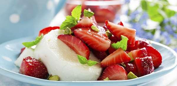 Emincé de fraises à la mozzarella et sirop de Basilic